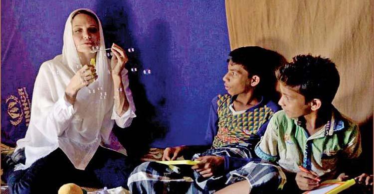 রোহিঙ্গা নারী–শিশুদের সঙ্গে যেভাবে সময় কাটালেন অ্যাঞ্জেলিনা জোলি