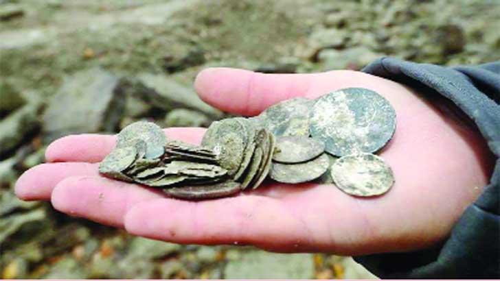 মরা নদীতে রাশি রাশি সোনা-রুপার মুদ্রা